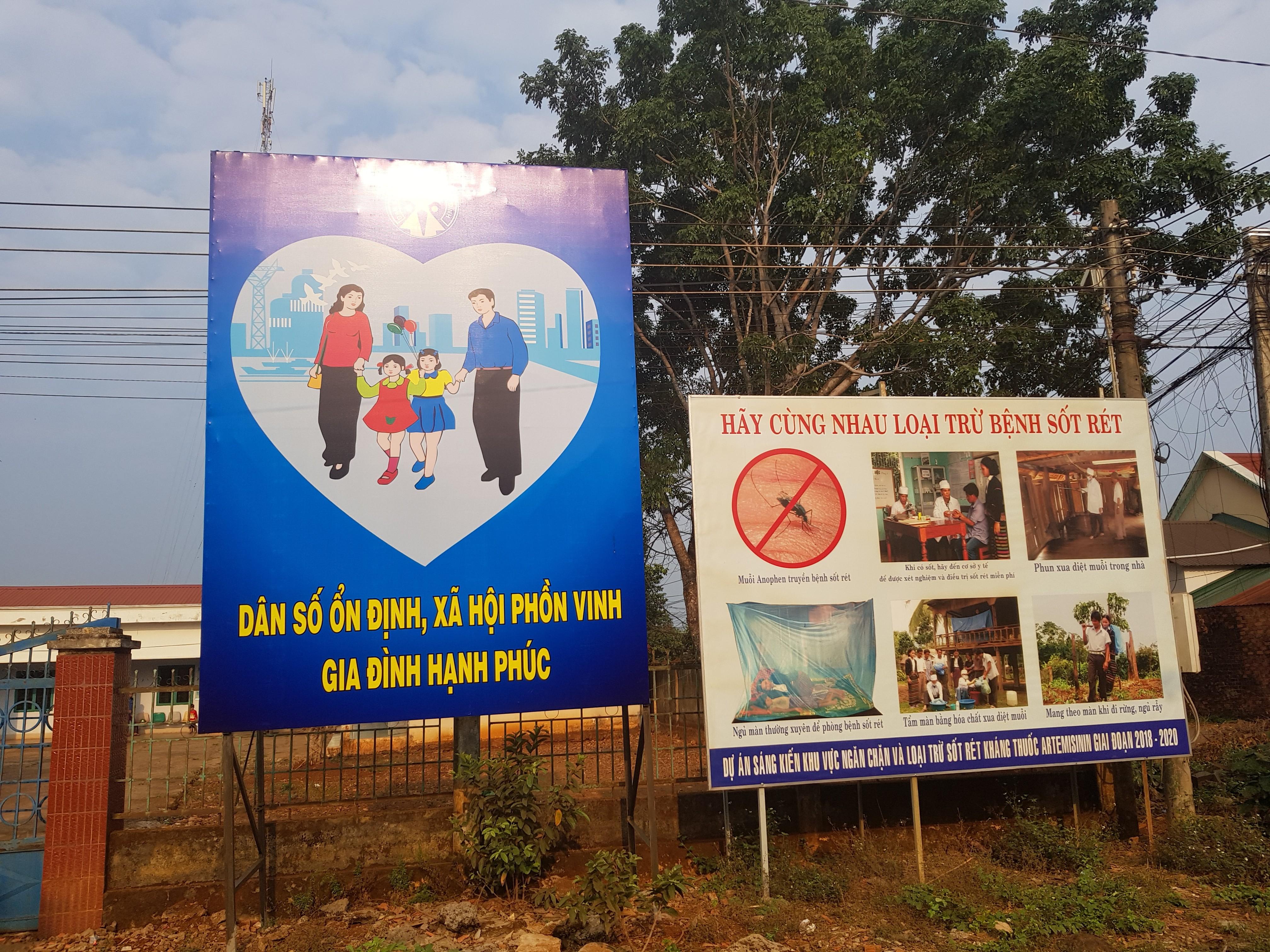 Các banner được dựng ở nơi có nhiều người dân qua lại để tăng tỉ lệ tiếp cận thông tin