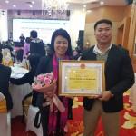 Giám đốc trung tâm Nguyễn Hoàng Yến và cán bộ trung tâm nhận bằng khen